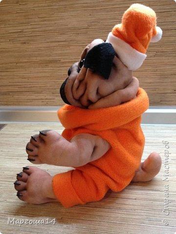 Всем привет! Показываю своих новых собачек.Новый год приближается! Вот такая собачка сшилась в праздничном наряде. Рост  её в сидячем положении 23 см. фото 3