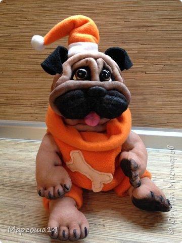 Всем привет! Показываю своих новых собачек.Новый год приближается! Вот такая собачка сшилась в праздничном наряде. Рост  её в сидячем положении 23 см. фото 4