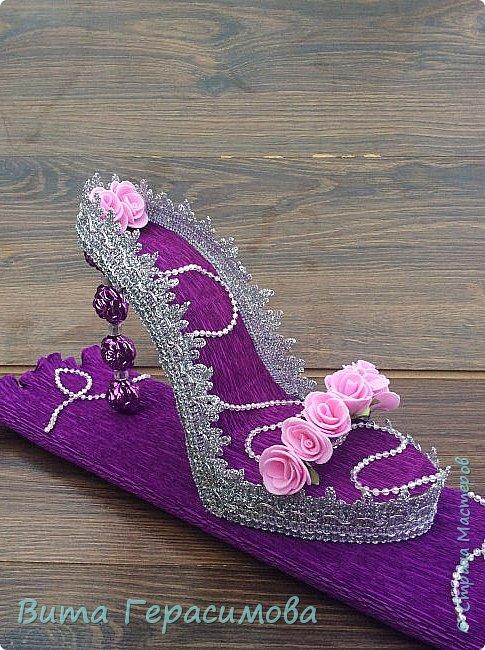 Доброго времени суток) выставляю на Ваш суд  свою первую туфельку. Она стоит на подиуме из конфет, упакованных в гофробумагу. Подарок хотела сделать стильным но строгим. .  фото 3