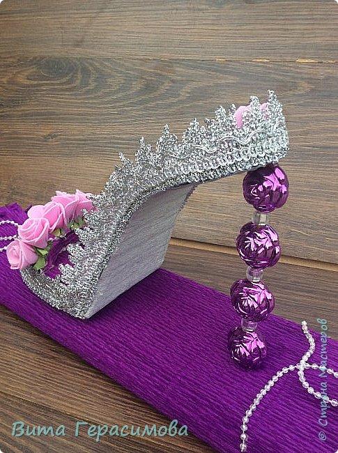 Доброго времени суток) выставляю на Ваш суд  свою первую туфельку. Она стоит на подиуме из конфет, упакованных в гофробумагу. Подарок хотела сделать стильным но строгим. .  фото 2