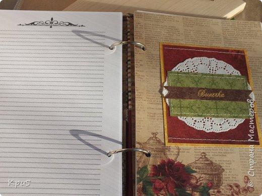 """Доброго здравия мастера и мастерицы. Тихо подбирается вечер пятницы, в голове сумятица из планов на длинные выходные, а мне хочется поделиться с вами новыми творениями. Хочется услышать ваше мнение относительно моей новой кулинарной книги. В отличии от ранее показанных, эту сделала в классическом варианте на кольцах. В оформлении использовала коллекцию ScrapBerry`s """"I love cooking"""". В качестве застежки шляпная резинка и металлический декоративный завиток.  фото 5"""