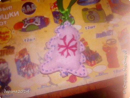 Здравствуйте, дорогие мастерицы.Сегодня только четвертое ноября, а у меня уже капелька новогоднего настроения.Сегодня я решила сделать парочку игрушек на елку.Первой я сделала вот такую вот елочку. Предварительно вышив на ней снежинку. фото 1