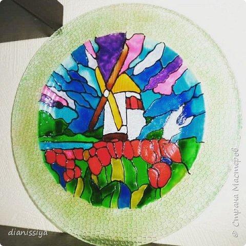 Первая моя попытка)  Контуром расписать, раскрасить красками по стеклу или акриловыми. Окантовка на фото бледнее оказалась, а так зеленое с золотом)  Подружке на 8 марта)