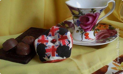Не чужд нам дух английской заграницы: Мы в чаепитьи тоже знаем толк. В поддержку старых лондонских традиций, Где чай, известно, пьют at five o'clock,  Вас тоже приглашаю к ароматной, Дымком манящей чашечке чайку, Чтоб насладились вы невероятной, Уютной атмосферой. По глотку  Вдыхайте, пейте бодрости напиток, С настроем добрым вечер чтоб прошел, А после чаепитья сил избыток Дорогу к вам немедленно нашел.  Ананьева Анна  фото 1