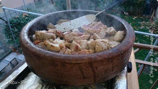 Всем добрый вечер!Хочу рассказать сегодня про сач.Сач -болгарская сковорода из красной глины(с крышкой и без,).Для начала ее нужно прокалить с маслом,т.е. залить дно около2см подсолнечного масла и поставить ее в холодную духовку,включить на 180 градусов и греть час.После ей дать остыть и все готово.Чем-то напоминает подготовку нашей чугунной посуды. фото 3