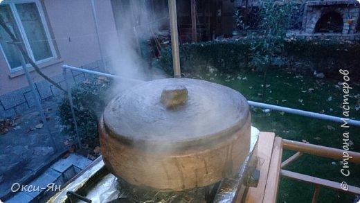 Всем добрый вечер!Хочу рассказать сегодня про сач.Сач -болгарская сковорода из красной глины(с крышкой и без,).Для начала ее нужно прокалить с маслом,т.е. залить дно около2см подсолнечного масла и поставить ее в холодную духовку,включить на 180 градусов и греть час.После ей дать остыть и все готово.Чем-то напоминает подготовку нашей чугунной посуды. фото 5
