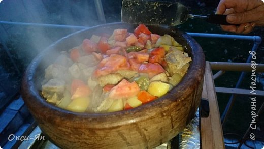 Всем добрый вечер!Хочу рассказать сегодня про сач.Сач -болгарская сковорода из красной глины(с крышкой и без,).Для начала ее нужно прокалить с маслом,т.е. залить дно около2см подсолнечного масла и поставить ее в холодную духовку,включить на 180 градусов и греть час.После ей дать остыть и все готово.Чем-то напоминает подготовку нашей чугунной посуды. фото 6