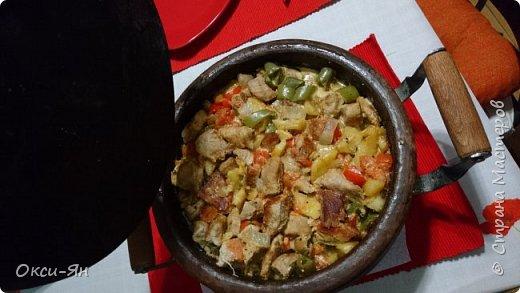 Всем добрый вечер!Хочу рассказать сегодня про сач.Сач -болгарская сковорода из красной глины(с крышкой и без,).Для начала ее нужно прокалить с маслом,т.е. залить дно около2см подсолнечного масла и поставить ее в холодную духовку,включить на 180 градусов и греть час.После ей дать остыть и все готово.Чем-то напоминает подготовку нашей чугунной посуды. фото 7