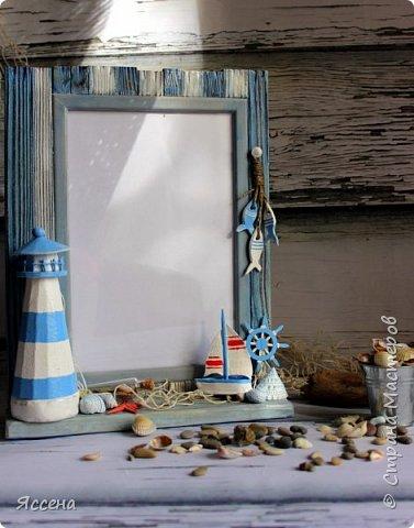 Здравствуйте, уважаемые жители Страны Мастеров! Хочу поделиться с вами идеей декорирования рамок для фотографий в морском стиле. Так уж случилось, что море я не люблю.. вернее, не люблю бывать  у него в гостях) моя стихия - горы! Но, при этом, очень люблю в декоре все, что связано с морем - за особую, наверное, природность этих материалов, цвета, фактуры.. И, естественно, трепетно всё это собираю, наказывая всем своим знакомым, привезти всё, что под руку (или ногу!) попадется на побережье. Лежало всё это добро, бережно хранимое, и ждало своего часа, и он настал таки! И пусть не всё, что скопилось, пригодилось в самой работе - так хоть в фотосессии поучаствовало..)) Одному маленькому мальчику в его новую морскую комнату появились в подарок вот такие рамочки, которые очень хорошо вписались в интерьер и, главное, понравились малышу и его родителям, моим друзьям! Итак, добро пожаловать..) фото 8