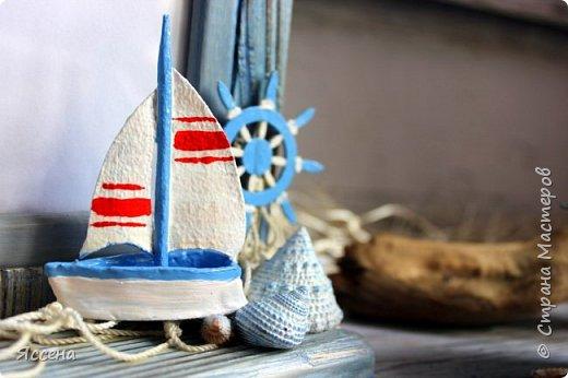 Здравствуйте, уважаемые жители Страны Мастеров! Хочу поделиться с вами идеей декорирования рамок для фотографий в морском стиле. Так уж случилось, что море я не люблю.. вернее, не люблю бывать  у него в гостях) моя стихия - горы! Но, при этом, очень люблю в декоре все, что связано с морем - за особую, наверное, природность этих материалов, цвета, фактуры.. И, естественно, трепетно всё это собираю, наказывая всем своим знакомым, привезти всё, что под руку (или ногу!) попадется на побережье. Лежало всё это добро, бережно хранимое, и ждало своего часа, и он настал таки! И пусть не всё, что скопилось, пригодилось в самой работе - так хоть в фотосессии поучаствовало..)) Одному маленькому мальчику в его новую морскую комнату появились в подарок вот такие рамочки, которые очень хорошо вписались в интерьер и, главное, понравились малышу и его родителям, моим друзьям! Итак, добро пожаловать..) фото 10