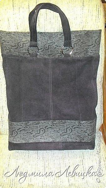 Здравствуй, Страна! Я с утилизацией.   По работе мне каждый день приходится носить с собой несколько папок с документацией. Разного рода пакеты быстро теряли вид и приходили в негодность. Вот и решила для этих нужд сшить сумку из материалов, имеющихся в моих хомячьих запасах: старые штаны из джинсы жаккардового переплетения и куски замши от старой куртки. Вот такой незамысловатый дизайн придумала и за вечер сшила.   фото 1