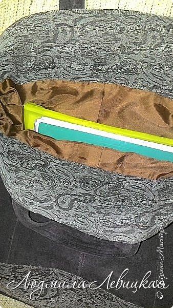 Здравствуй, Страна! Я с утилизацией.   По работе мне каждый день приходится носить с собой несколько папок с документацией. Разного рода пакеты быстро теряли вид и приходили в негодность. Вот и решила для этих нужд сшить сумку из материалов, имеющихся в моих хомячьих запасах: старые штаны из джинсы жаккардового переплетения и куски замши от старой куртки. Вот такой незамысловатый дизайн придумала и за вечер сшила.   фото 2