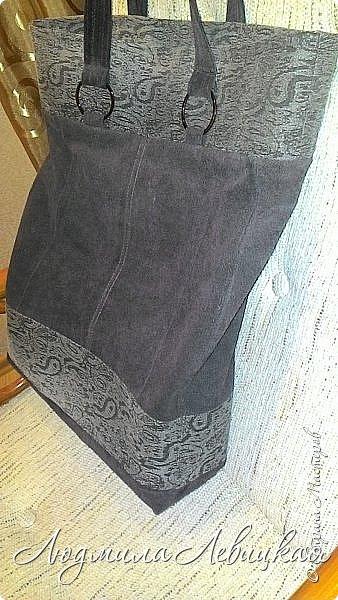 Здравствуй, Страна! Я с утилизацией.   По работе мне каждый день приходится носить с собой несколько папок с документацией. Разного рода пакеты быстро теряли вид и приходили в негодность. Вот и решила для этих нужд сшить сумку из материалов, имеющихся в моих хомячьих запасах: старые штаны из джинсы жаккардового переплетения и куски замши от старой куртки. Вот такой незамысловатый дизайн придумала и за вечер сшила.   фото 3