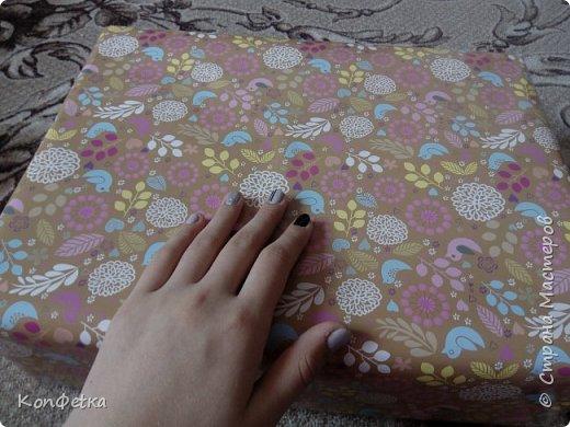 Всем привет. Совсем скоро у моей подруги день рождения и в это раз я решила приготовить ей HappyBirthdayBox. Это небольшая коробка, внутри которой подарки. В моей фантазии было большая коробка и большое количество подарков, но так получилось, что коробочка размером 39*29*11 см, а подарков всего три. фото 10