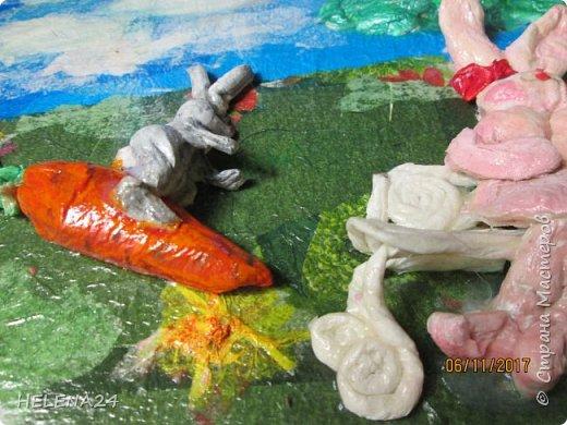 """Представляю вашему вниманию семейство """"Морковкиных"""" ,которые живут в морковном раю.Панно делала в подарок .Почему именно заячья тема?Да у них это самое ласкательное в семье,все """"зайки""""За основу взяла оставшиеся после замены окна пластиковые панели ,обычно ничего мастера не оставляют,а тут такой подарок .На большом куске разместила панно,а из обрезков получилась рама .Размер 50 на 34 см . фото 10"""