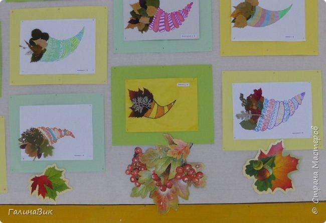 Всем добрый день! Хочу поделиться идеей оформления стенда на осеннюю тему. На стенде в фойе гимназии представлены работы пятиклассников. Общий вид. фото 6
