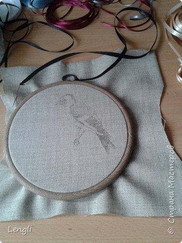 Щегол на паречке (красной смородине).  Диаметр вышивки 16см. фото 2