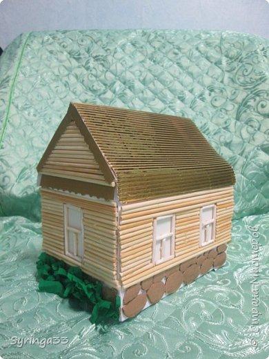 Добрый вечер. Спасибо всем, кто заглянул посмотреть на мою работу. Это домик с сюрпризом.Сделан из картона, обклеен деревянными шпажками. На крыльце сидит котик из глины, собачка из застывающего на воздухе пластилина. У входа в дом стоит берестяное ведро. Рядом с домом растет сирень, под окном скамеечка, как раз напротив прудика.Все детали можно убрать и создать другую композицию вокруг дома.Дом с сюрпризом:крыша снимается. Дом превращается в коробку с подарком.  фото 3