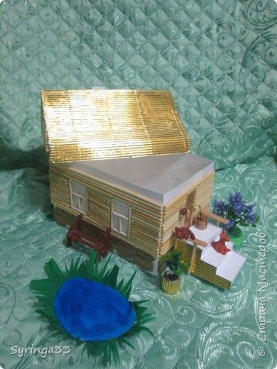 Добрый вечер. Спасибо всем, кто заглянул посмотреть на мою работу. Это домик с сюрпризом.Сделан из картона, обклеен деревянными шпажками. На крыльце сидит котик из глины, собачка из застывающего на воздухе пластилина. У входа в дом стоит берестяное ведро. Рядом с домом растет сирень, под окном скамеечка, как раз напротив прудика.Все детали можно убрать и создать другую композицию вокруг дома.Дом с сюрпризом:крыша снимается. Дом превращается в коробку с подарком.  фото 2