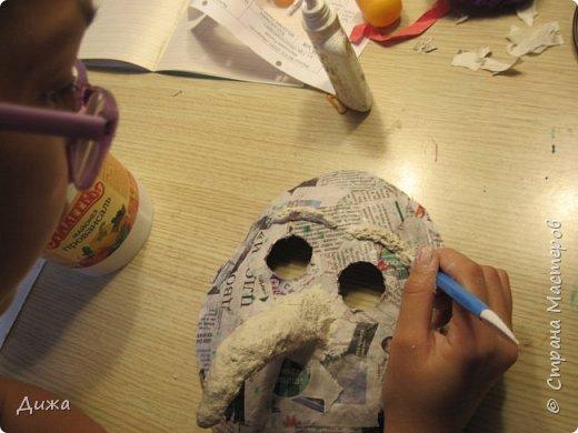 Всем огромный приветик! Сегодня я вам хочу показать маску, которую я сделала на праздник хэллоуин. У нас этот праздник обычно не празднуют, но вот учительница английского языка каждый год что нибудь придумывает. В прошлом году делали паучков и остроконечные шляпы ведьм.  В этом году маски фото 18