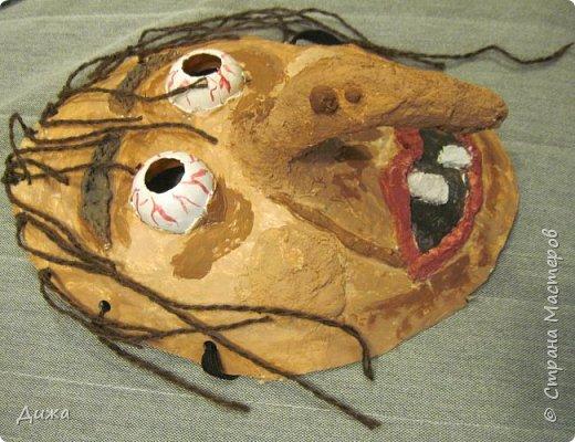 Всем огромный приветик! Сегодня я вам хочу показать маску, которую я сделала на праздник хэллоуин. У нас этот праздник обычно не празднуют, но вот учительница английского языка каждый год что нибудь придумывает. В прошлом году делали паучков и остроконечные шляпы ведьм.  В этом году маски фото 2