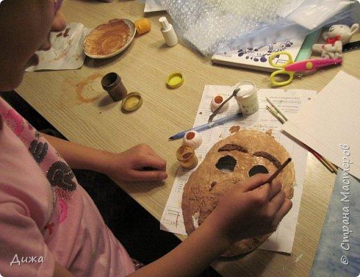 Всем огромный приветик! Сегодня я вам хочу показать маску, которую я сделала на праздник хэллоуин. У нас этот праздник обычно не празднуют, но вот учительница английского языка каждый год что нибудь придумывает. В прошлом году делали паучков и остроконечные шляпы ведьм.  В этом году маски фото 21