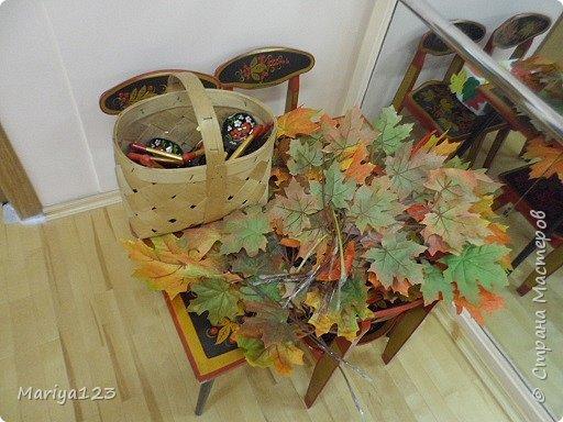 Добрый день всем заглянувшим! Предлагаю посетить наш музыкальный зал, который оформили мои коллеги к празднику осени. Вот такая красавица Осень встречает у дверей. фото 7