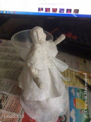 Добрый день. Решила выложить поэтапное создание ватной игрушки. Понимаю, что каждый делает по-своему. Здесь покажу как это делаю я. Для работы мне нужны вата,клей ПВА, нитка, кисть( здесь я взяла для макияжа, так как она плотная и плоская- удобно сглаживать вату), емкость для разбавления ПВА водой, проволока (я взяла из фикс-прайса декоративную мешуру- на нее удобно наматывать вату). фото 15