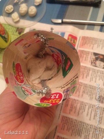 Добрый день. Решила выложить поэтапное создание ватной игрушки. Понимаю, что каждый делает по-своему. Здесь покажу как это делаю я. Для работы мне нужны вата,клей ПВА, нитка, кисть( здесь я взяла для макияжа, так как она плотная и плоская- удобно сглаживать вату), емкость для разбавления ПВА водой, проволока (я взяла из фикс-прайса декоративную мешуру- на нее удобно наматывать вату). фото 8