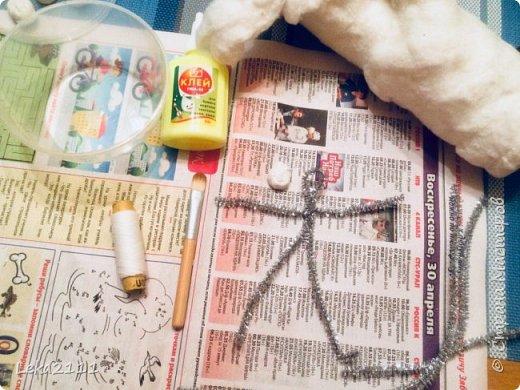 Добрый день. Решила выложить поэтапное создание ватной игрушки. Понимаю, что каждый делает по-своему. Здесь покажу как это делаю я. Для работы мне нужны вата,клей ПВА, нитка, кисть( здесь я взяла для макияжа, так как она плотная и плоская- удобно сглаживать вату), емкость для разбавления ПВА водой, проволока (я взяла из фикс-прайса декоративную мешуру- на нее удобно наматывать вату). фото 1