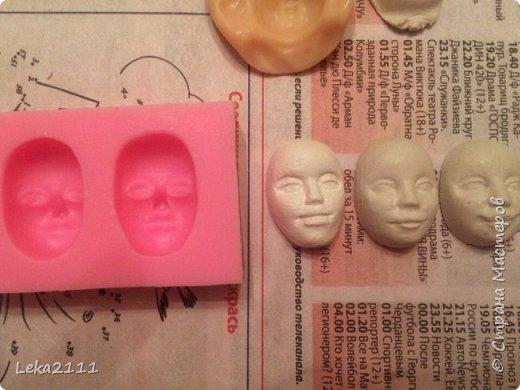 Добрый день. Решила выложить поэтапное создание ватной игрушки. Понимаю, что каждый делает по-своему. Здесь покажу как это делаю я. Для работы мне нужны вата,клей ПВА, нитка, кисть( здесь я взяла для макияжа, так как она плотная и плоская- удобно сглаживать вату), емкость для разбавления ПВА водой, проволока (я взяла из фикс-прайса декоративную мешуру- на нее удобно наматывать вату). фото 4