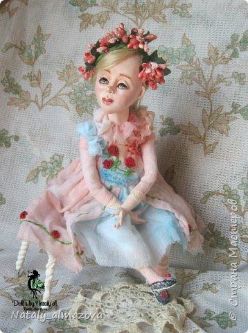 35 см.  Представляю вашему вниманию, новую куклу Алесю. Нежное и очень милое создание не оставит вас равнодушным. Выполнена и самозастывающего пластика,тело текстильное, набито синтепоном, ручки и ножки подвижны, головка на шарнирном креплении-поворачивается. Куколка самостоятельно сидит, Стоит на подставке.  фото 4