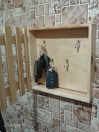 Конфеты закончились, а коробка осталась.....немножко подшкурила, покрыла лаком, прикрутила ручку, замочек, крючки....и получилась ключница.... фото 2