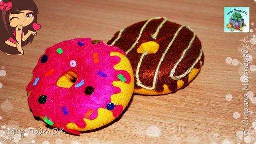 В этом видео мы сделаем простые и забавные пончики из носков. Нам понадобится: - носки, - фетр, - горячий клей, - нитки, - паетки или бисер, - синтепон.