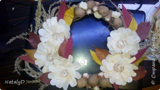 В школу на конкурс осенних поделок смастерили веночек. Цветочки из листьев кукурузы Орешки, сердцевина кукурузы, соцветия кукурузы и листья деревьев. Основа - виноградная лоза.