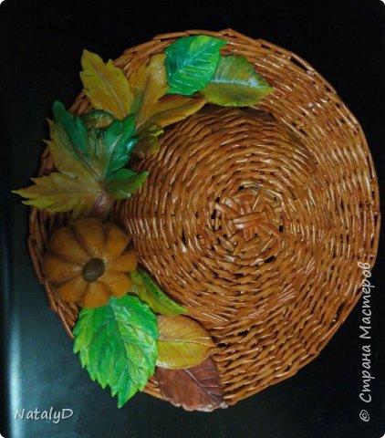 Поделка предназначалась на выставку осенних поделок в школу. Шляпа сплетена из бумажных трубочек, листья слеплены из соленого теста. Покрашены акварелью, покрыты лаком акриловым. Предварительно сбрызнула лаком для волос, чтобы не размылся рисунок.  фото 1