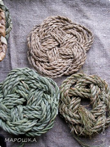 осталось несколько веревок после изготовления травяной посуды - куда их? попробовала завязать в турецкий узел - смотрите.. фото 1