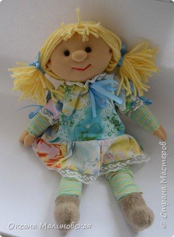 """Вот такая вышла игрушка в подарок маленькой девочке. Думаю, что кукла понравится. Она мягкая и тёплая. Когда у куклы ещё не были пришиты волосы сын сказал,что: """"Похожа на Пряню из Шрека."""" А я назвала её Печенька. А что вполне подходящее имя для куклы. А вы как считаете? фото 2"""