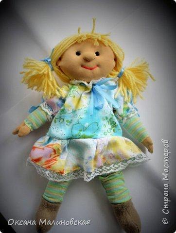 """Вот такая вышла игрушка в подарок маленькой девочке. Думаю, что кукла понравится. Она мягкая и тёплая. Когда у куклы ещё не были пришиты волосы сын сказал,что: """"Похожа на Пряню из Шрека."""" А я назвала её Печенька. А что вполне подходящее имя для куклы. А вы как считаете? фото 3"""