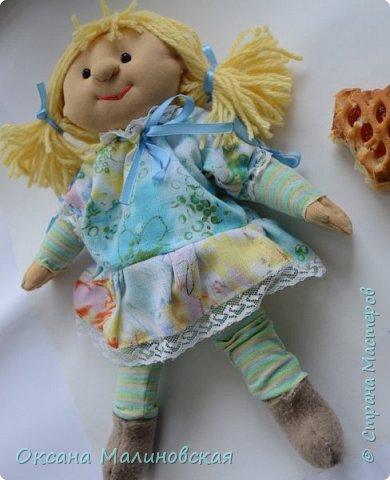 """Вот такая вышла игрушка в подарок маленькой девочке. Думаю, что кукла понравится. Она мягкая и тёплая. Когда у куклы ещё не были пришиты волосы сын сказал,что: """"Похожа на Пряню из Шрека."""" А я назвала её Печенька. А что вполне подходящее имя для куклы. А вы как считаете? фото 1"""