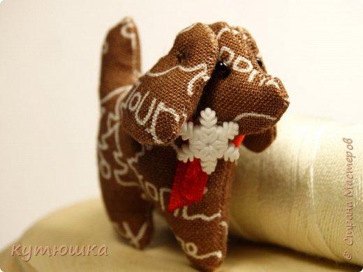 грядущий год - год собаки. вот))) готовлюсь)) собачка - брелок, высота игрушки около 4см) фото 1