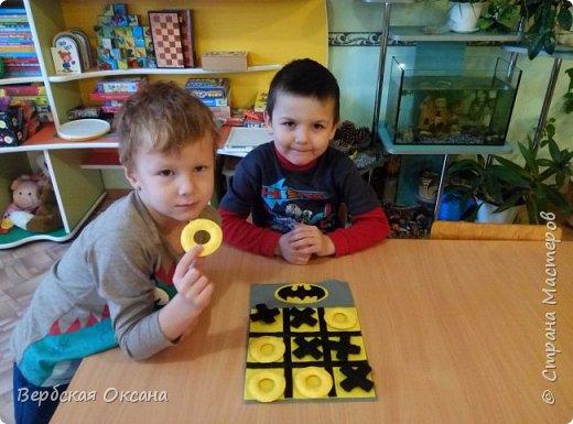 """Добрый день. Для своих детишек в сад я изготовила вот такую замечательную дидактическую игру - """"Крестики - нолики"""". Фетр у меня оставался а идею с Бэтменом я подглядела в интернете. Сразу скажу, что на фото желтый цвет поля сливаеться с ноликами, но в живую, это не так.  фото 4"""
