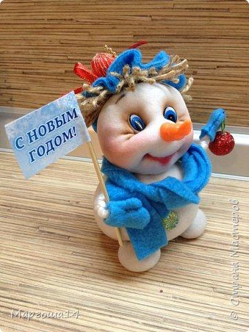 Здравствуйте,Страна Мастеров!!! Сегодня показываю изготовленные  игрушки-подарочки к Новому году. Сшила несколько небольших снеговичков ,ростик у них 10-11см. Ручки из проволоки можно согнуть  и вставить новогодний флажок))) фото 4