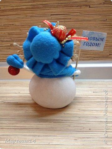 Здравствуйте,Страна Мастеров!!! Сегодня показываю изготовленные  игрушки-подарочки к Новому году. Сшила несколько небольших снеговичков ,ростик у них 10-11см. Ручки из проволоки можно согнуть  и вставить новогодний флажок))) фото 5