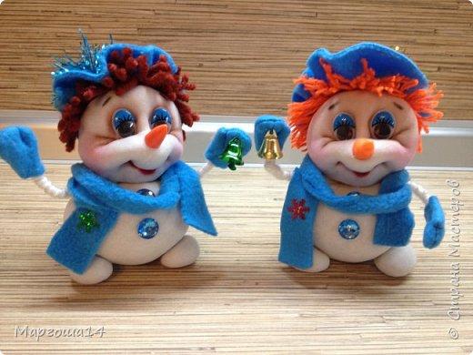 Здравствуйте,Страна Мастеров!!! Сегодня показываю изготовленные  игрушки-подарочки к Новому году. Сшила несколько небольших снеговичков ,ростик у них 10-11см. Ручки из проволоки можно согнуть  и вставить новогодний флажок))) фото 3