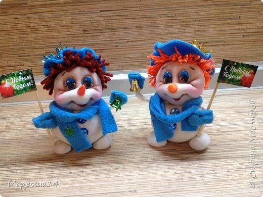 Здравствуйте,Страна Мастеров!!! Сегодня показываю изготовленные  игрушки-подарочки к Новому году. Сшила несколько небольших снеговичков ,ростик у них 10-11см. Ручки из проволоки можно согнуть  и вставить новогодний флажок))) фото 1