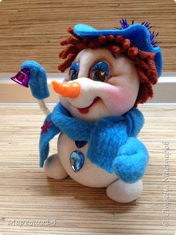 Здравствуйте,Страна Мастеров!!! Сегодня показываю изготовленные  игрушки-подарочки к Новому году. Сшила несколько небольших снеговичков ,ростик у них 10-11см. Ручки из проволоки можно согнуть  и вставить новогодний флажок))) фото 2