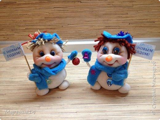 Здравствуйте,Страна Мастеров!!! Сегодня показываю изготовленные  игрушки-подарочки к Новому году. Сшила несколько небольших снеговичков ,ростик у них 10-11см. Ручки из проволоки можно согнуть  и вставить новогодний флажок))) фото 7