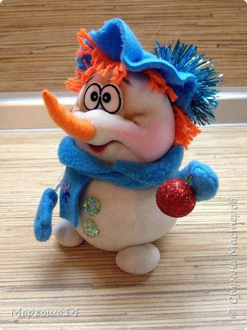 Здравствуйте,Страна Мастеров!!! Сегодня показываю изготовленные  игрушки-подарочки к Новому году. Сшила несколько небольших снеговичков ,ростик у них 10-11см. Ручки из проволоки можно согнуть  и вставить новогодний флажок))) фото 6