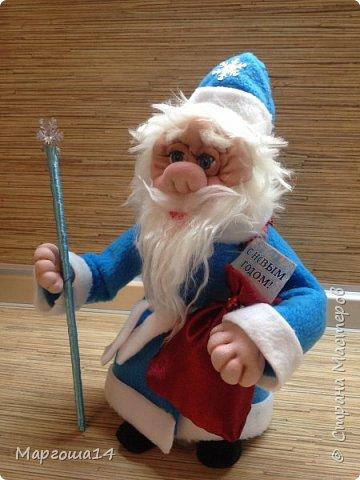 Здравствуйте,Страна Мастеров!!! Сегодня показываю изготовленные  игрушки-подарочки к Новому году. Сшила несколько небольших снеговичков ,ростик у них 10-11см. Ручки из проволоки можно согнуть  и вставить новогодний флажок))) фото 10